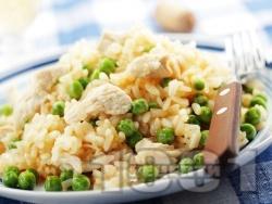 Вкусно ризото с бял ориз, месо от пилешки гърди / филе, замразен грах, бяло вино и сирене пармезан - снимка на рецептата